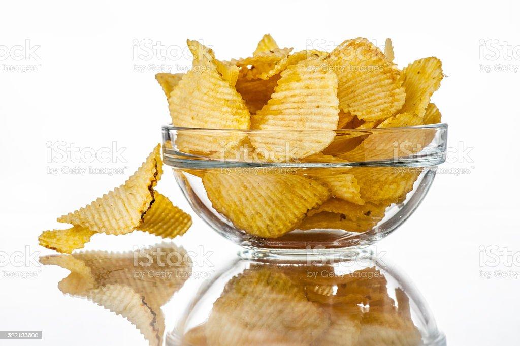 Ondulado fritas em uma tigela foto royalty-free