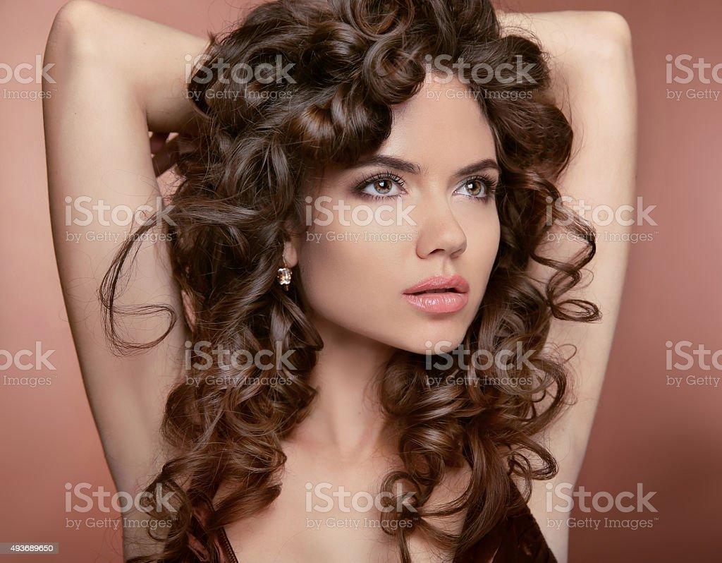 Falowane Włosy Atrakcyjna Dziewczyna Z Makijażu Kręcone