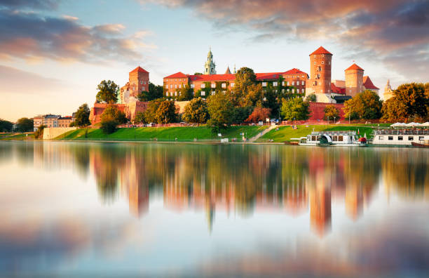 wawel hill with castle in pink light of sunset, krakow, poland - польша стоковые фото и изображения