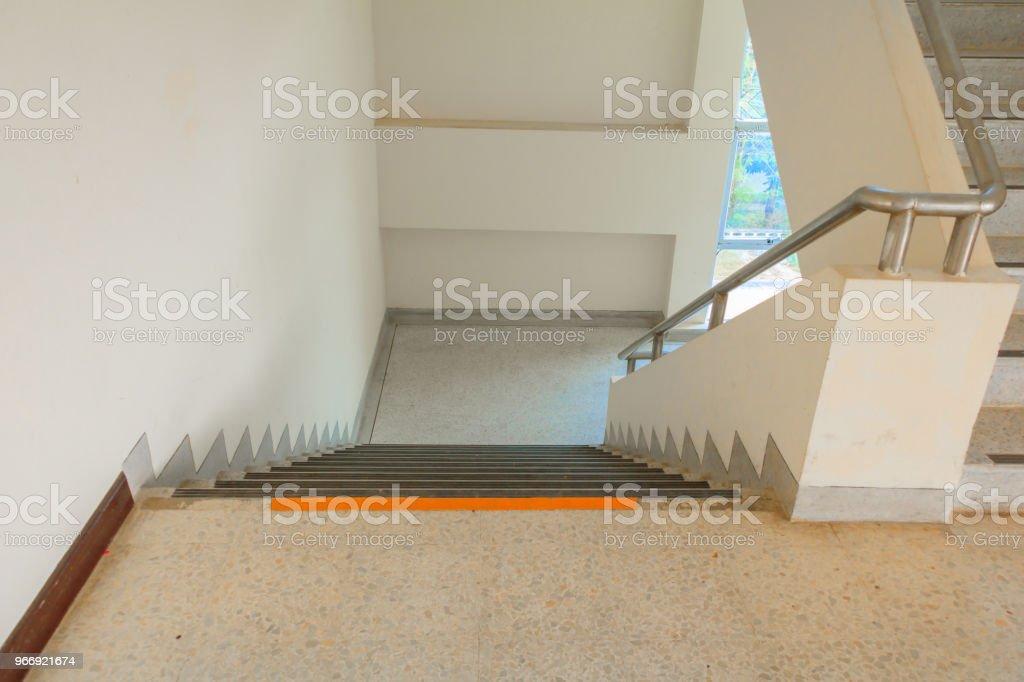 Fußbodenbelag Terrazzo ~ Weg hinunter treppe terrazzo bodenbelag wählen sie konzentrieren