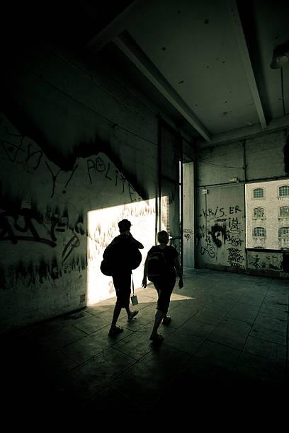 way out grunge-korridor - schlechte laune sprüche stock-fotos und bilder