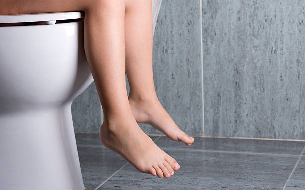 wc mädchen - kinder wc stock-fotos und bilder