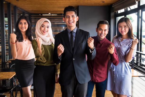 nous avons le pouvoir de diriger - business malaysia photos et images de collection