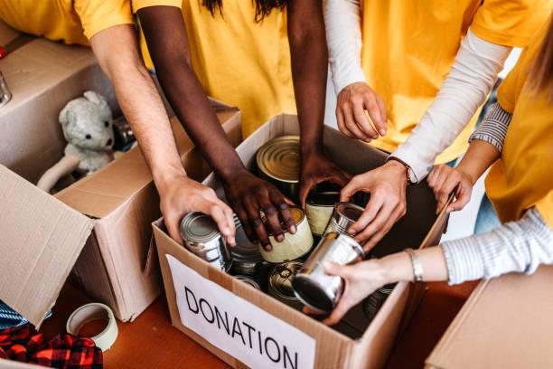 우리는 다른 사람들을 도울 때 자부심을 느낍니다 - 통조림 식품 뉴스 사진 이미지