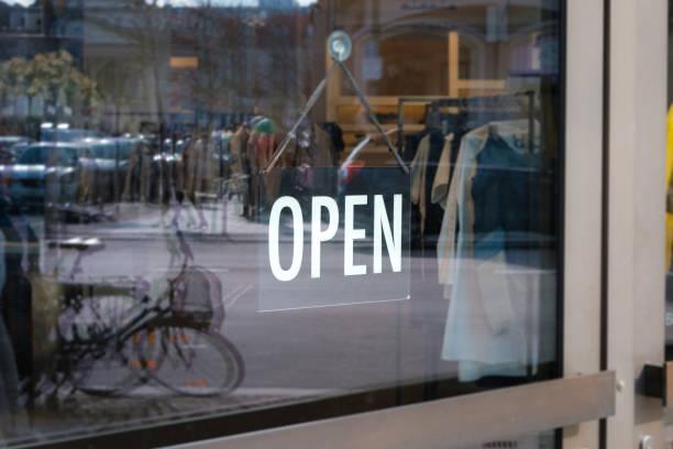 wir sind offenes Zeichen an der Ladentür - Schaufenster mit offenem Schild – Foto