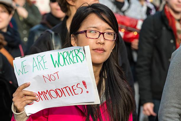 nous sommes les travailleurs, pas une marchandise. - 1er mai photos et images de collection