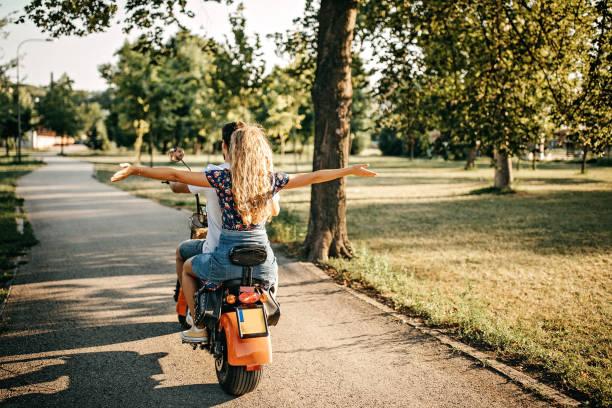 nous aimons économiser de l'énergie - moped photos et images de collection