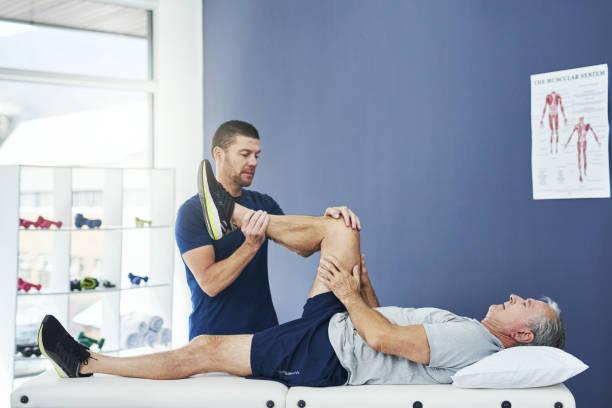 hareket yelpazesini kontrol etmemiz gerekiyor. - physical therapy stok fotoğraflar ve resimler