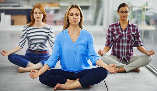wir müssen dies in der mittagspause im alltag! - yoga fürs büro stock-fotos und bilder