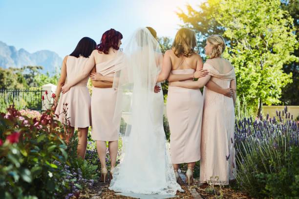 wir halten zusammen durch die guten zeiten und schlechten zeiten - verlobungskleider stock-fotos und bilder