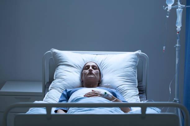 schwache frau während der chemotherapie - totenfrau stock-fotos und bilder