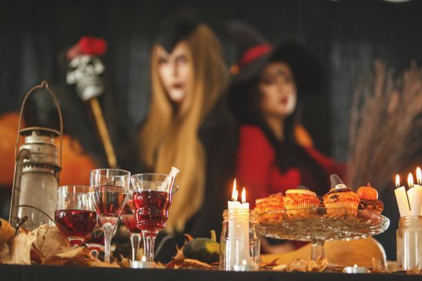 reichen vom buffet - halloween party lebensmittel stock-fotos und bilder
