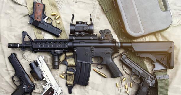 Waffen und militärischer Ausrüstung für die Armee, Angriff Gewehr Pistole (M4A1) und Pistole auf Tarnung Hintergrund. – Foto