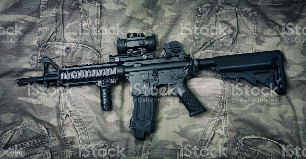 Silah Ve Askeri Teçhizat Ordusu Taarruz Tüfeği Topu Ve Kamuflaj Arka