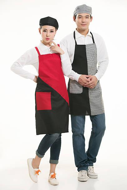 tragen sie alle arten von t-shirts kellner stehen in weißem hintergrund - chinese wäscherei stock-fotos und bilder