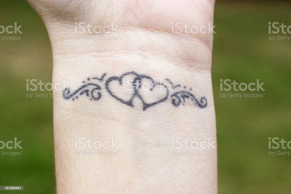 Mit Herz Tattoo Am Handgelenk Stock Fotografie Und Mehr Bilder Von