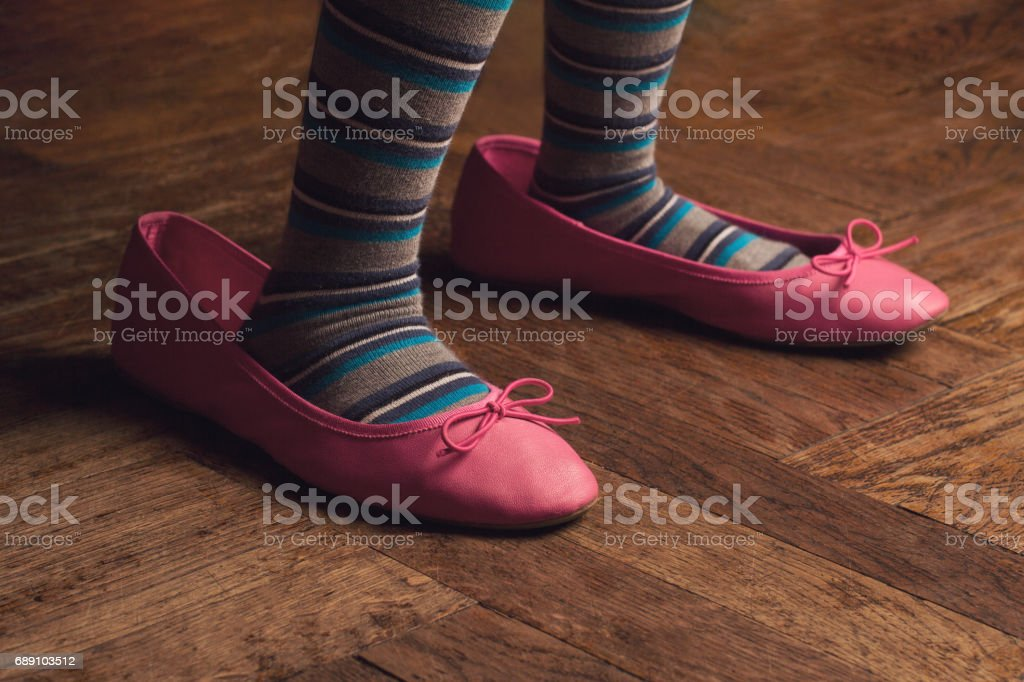 wearing mama shoes - foto stock