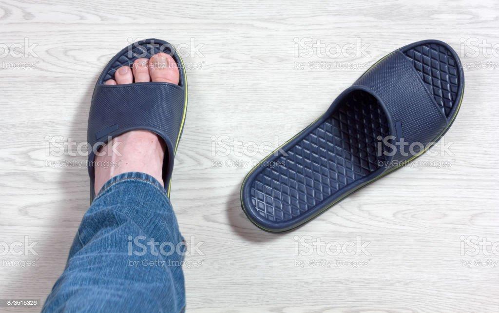 Usando chinelos - foto de acervo