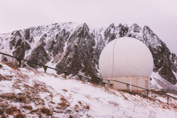 Wetter-Doppler-Radar-Station in den Rocky mountains – Foto