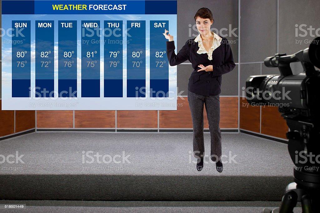 Clima menina no palco com a previsão do tempo e da câmera - foto de acervo