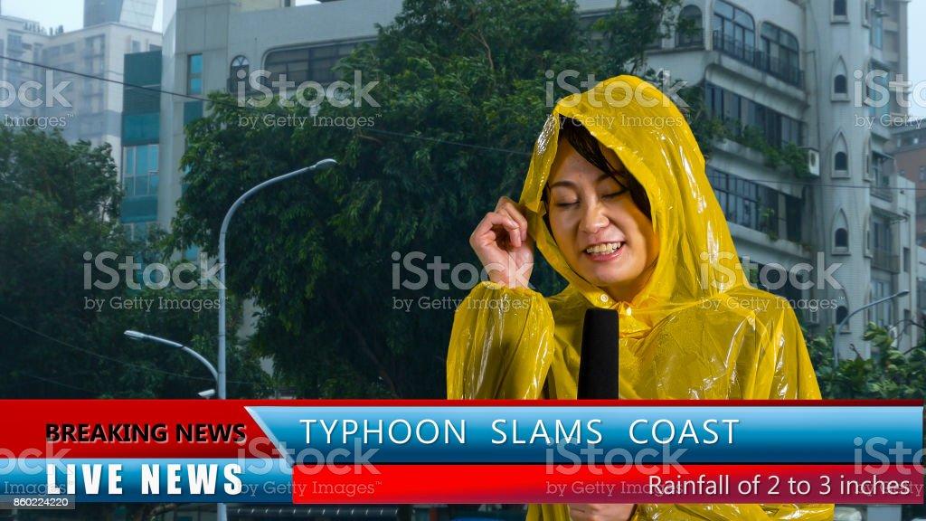 Repórter do tempo relatando na tempestade - foto de acervo