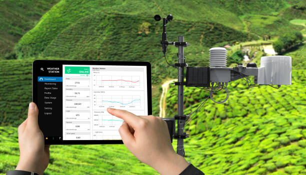 Weather station data logging wireless monitoring , tracking and forecasting temperature , humidity ,light ,wind , rain level with application on tablet screen. Smart farm ,agriculture and iot concept. - foto stock