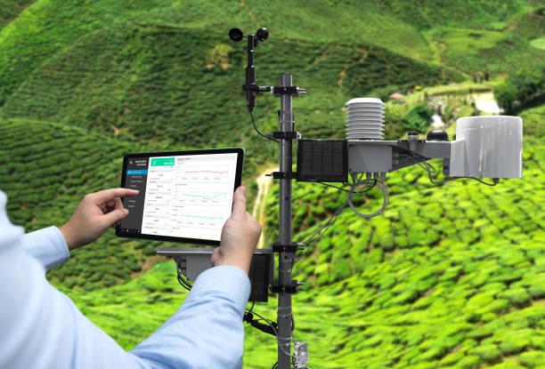 dataloggning för väderstation trådlös övervakning, regn spårning och prognostisering temperatur, fukt, ljus, vind, nivå med programmet på tablet pc-skärmen. smart gård, jordbruk och iot-konceptet. - barometer bildbanksfoton och bilder