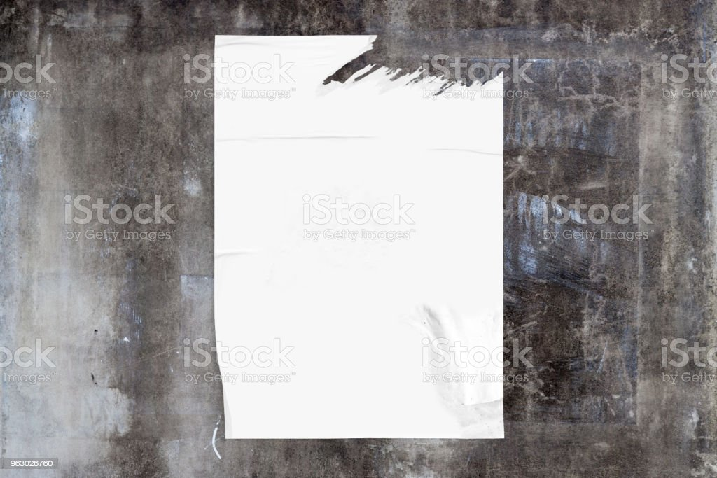 Mur de béton altéré avec une affiche blanche - Photo