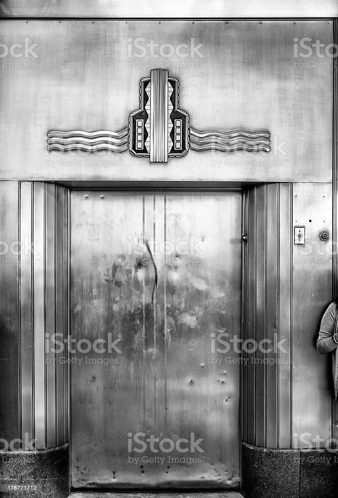 Antigua puerta de acero ascensor - foto de stock