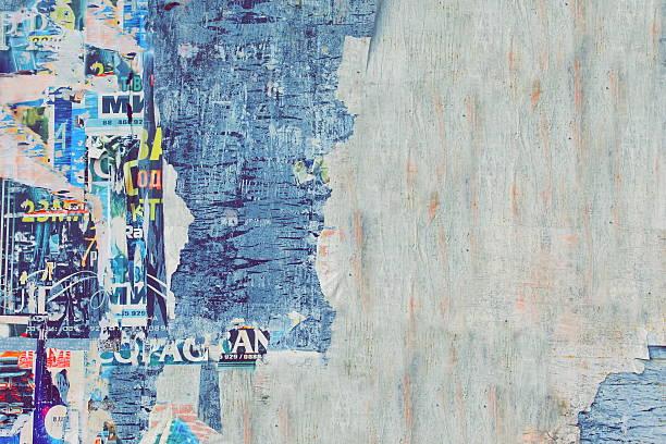 風化した 破れた カラーのポスター、古い木製看板 backgroun - street graffiti ストックフォトと画像