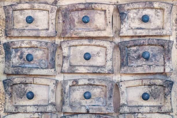 verweerde houten kast met kleine lades - netherlands map stockfoto's en -beelden