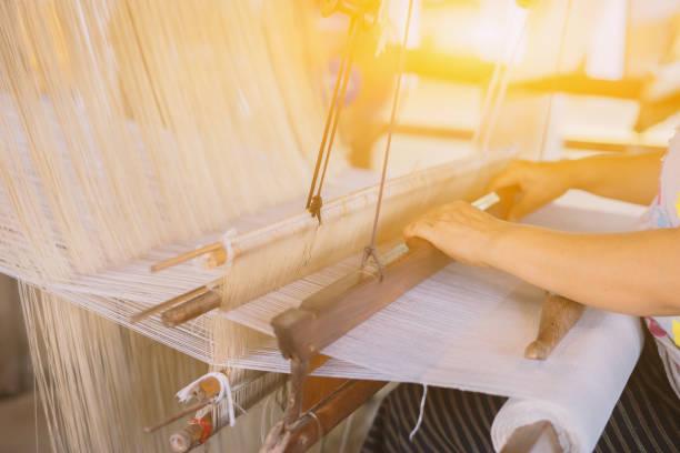 Weben von Seide Baumwolle auf manuelle Holz Webstuhl Inlaos Handwerk, Thailand, selektiven Fokus Vintage Farbe – Foto