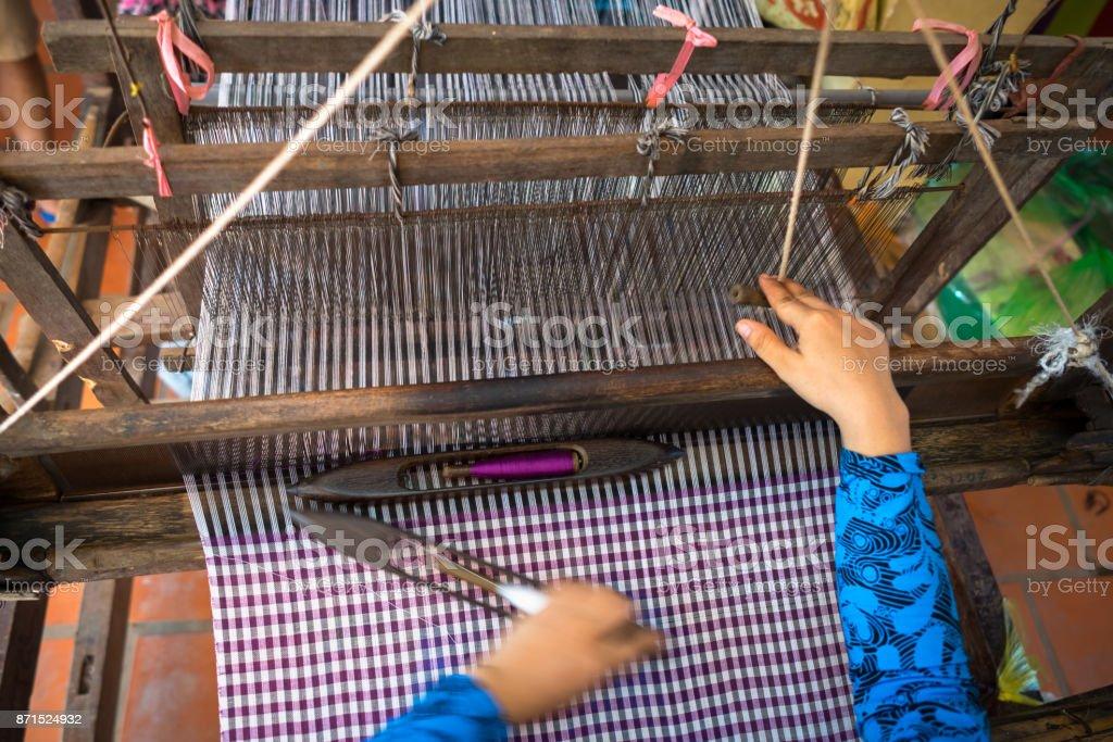 Tecelagem de têxteis na vila de Champa, delta do Mekong, Vietnã - foto de acervo