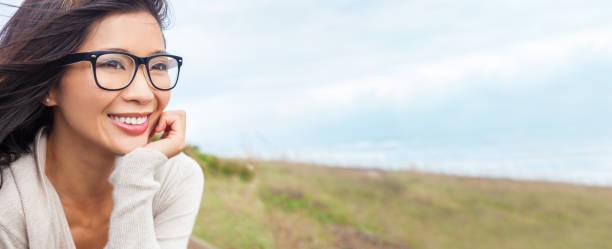 Retrato panorámico de banner de Web de una hermosa chica China o joven fuera con gafas - foto de stock
