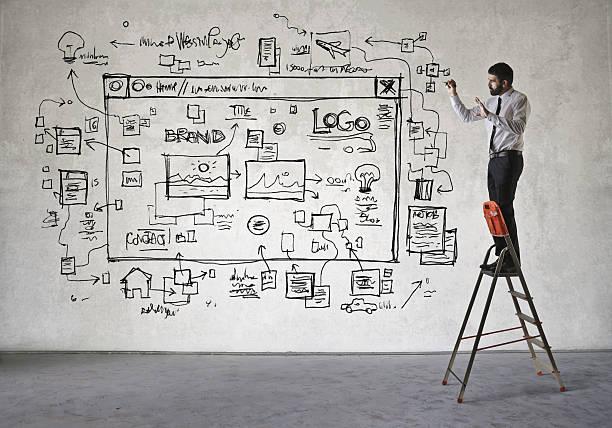 Web designers no trabalho - foto de acervo