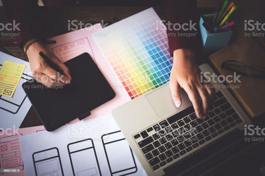 Web-Designer Konzept. Mann Denkanstöße für Ideen und Skizzen im Tagungsraum. – Foto