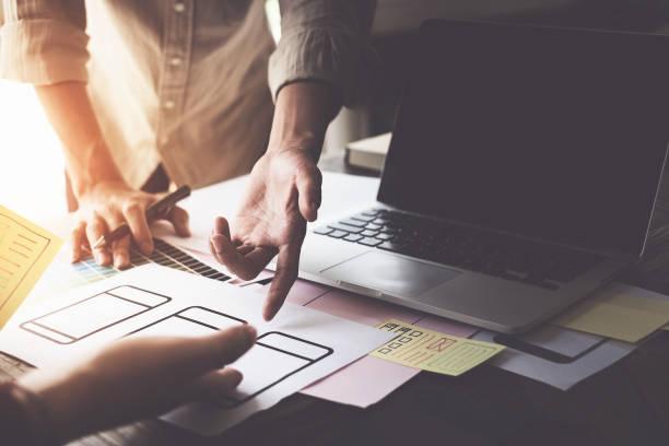 web-designer konzept. mann denkanstöße für ideen und skizzen im tagungsraum. - www kaffee oder tee stock-fotos und bilder