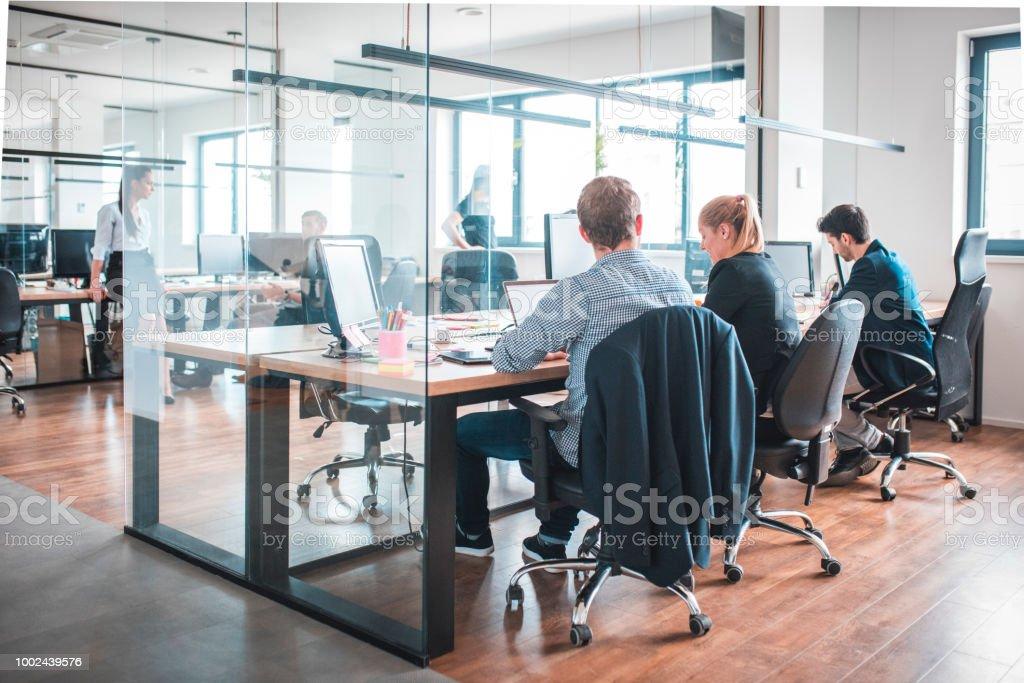 Web-Designer arbeiten am Schreibtisch im Kreativbüro – Foto