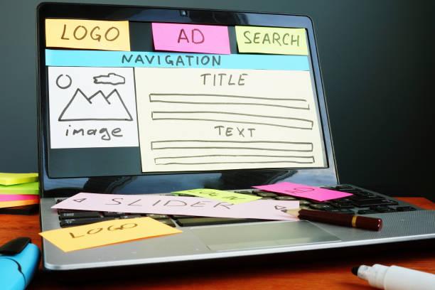 Website kreative Planentwicklung mit gezeichneter Skizze im Designstudio. – Foto