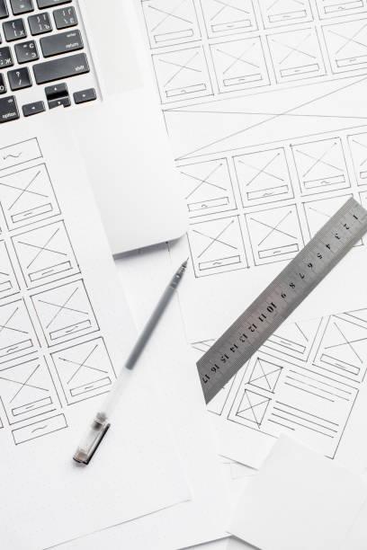 ux website designer zeichnung drahtframe-skizze des prototyps, framework, layout zukunftsprojekt. kreative benutzererfahrung konzept website-vorlage. arbeitsräume für designer - prototype stock-fotos und bilder