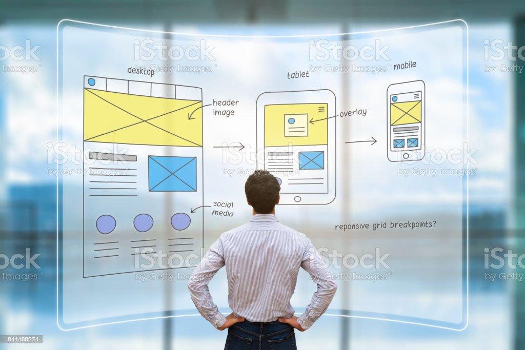 Designer de front-end website revendo maquete de layout de estrutura de arame, tela de AR - foto de acervo