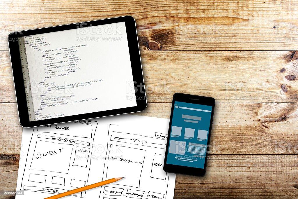 Site wireframe rascunho e programação código em tablet digital - foto de acervo