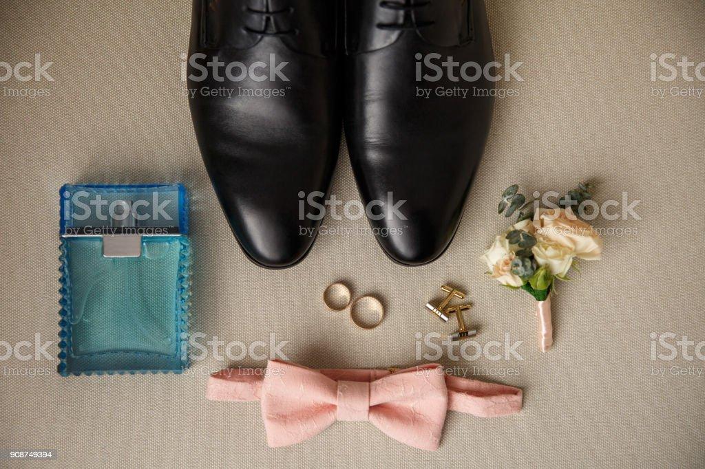9a5fa19349 Hochzeits-Accessoires für den Bräutigam. Schwarze Schuhe, blaue Parfüm  Flasche, Manschettenknopf,