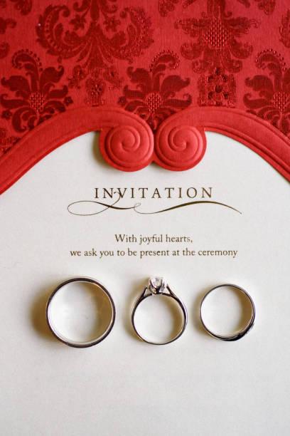 hochzeit und verlobungsringe makro-schuss von oben - verlobungsfeier einladungen stock-fotos und bilder