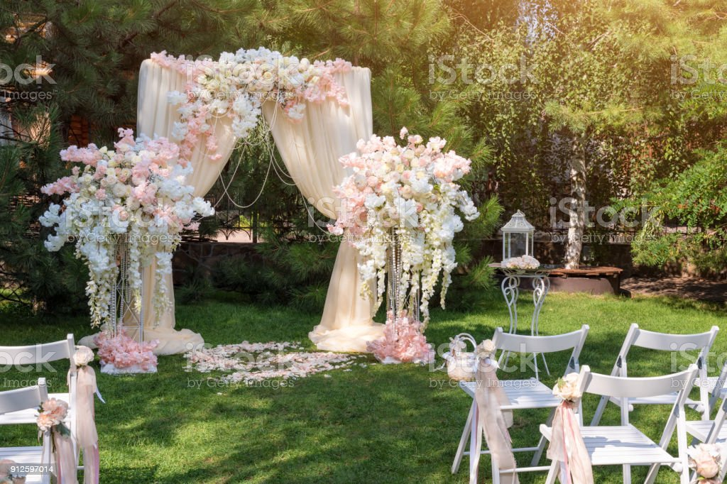 Hochzeit Bogen Dekoriert Mit Tuch Und Blumen Im Freien Schone