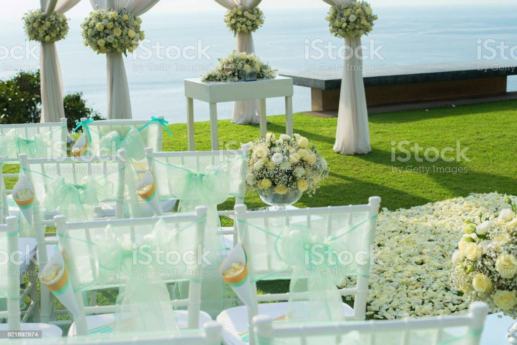 Hochzeit Bogen Dekoriert Mit Weissen Und Grunen Blumen Im Freien