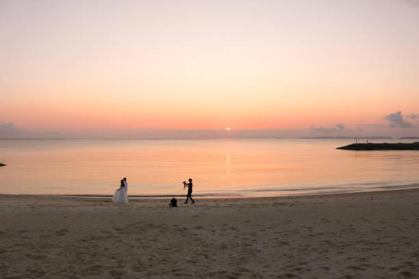 hochzeit am sonnenuntergang strand - wedding photography and videography stock-fotos und bilder