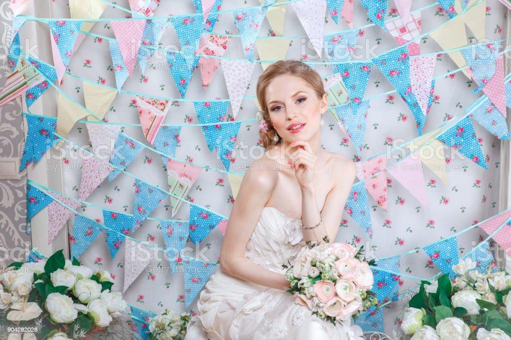 Hochzeit Schone Braut In Schones Kleid Mit Bouquet Stockfoto Und Mehr Bilder Von Atelier Istock