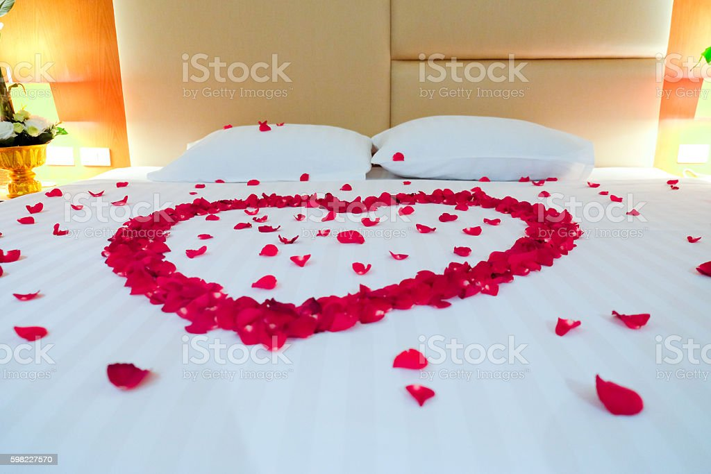 Casamento-size coberta com pétalas de rosas foto royalty-free