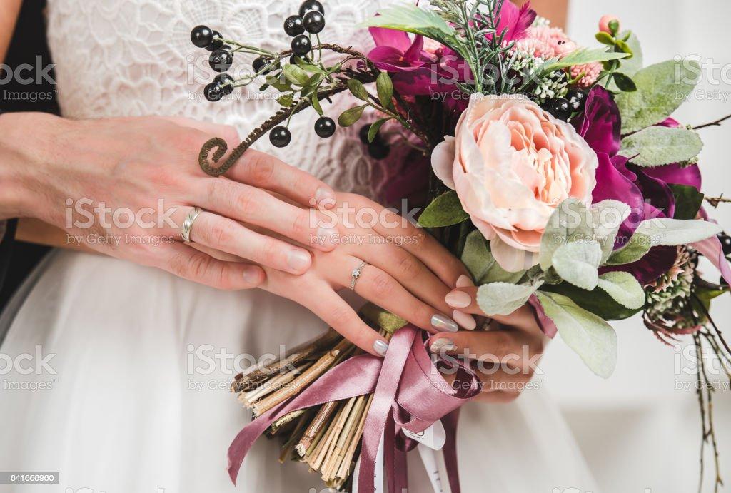 Hochzeit Blumenstrauß in der hand der Braut – Foto